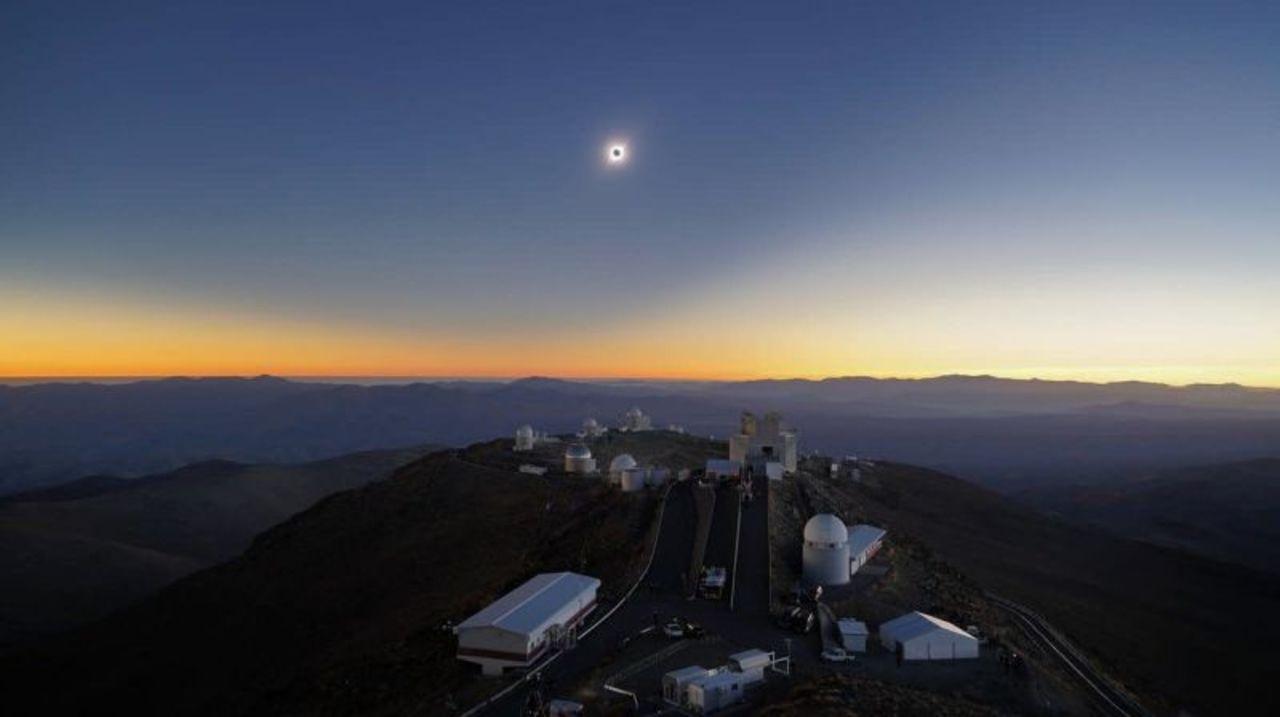 南米で観測された皆既日食のクールな写真まとめ