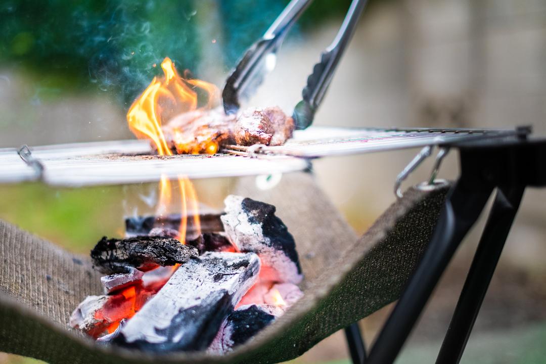 BBQで本気の燃焼効率!灰だけが残るポータブルグリル「Folding Fire」