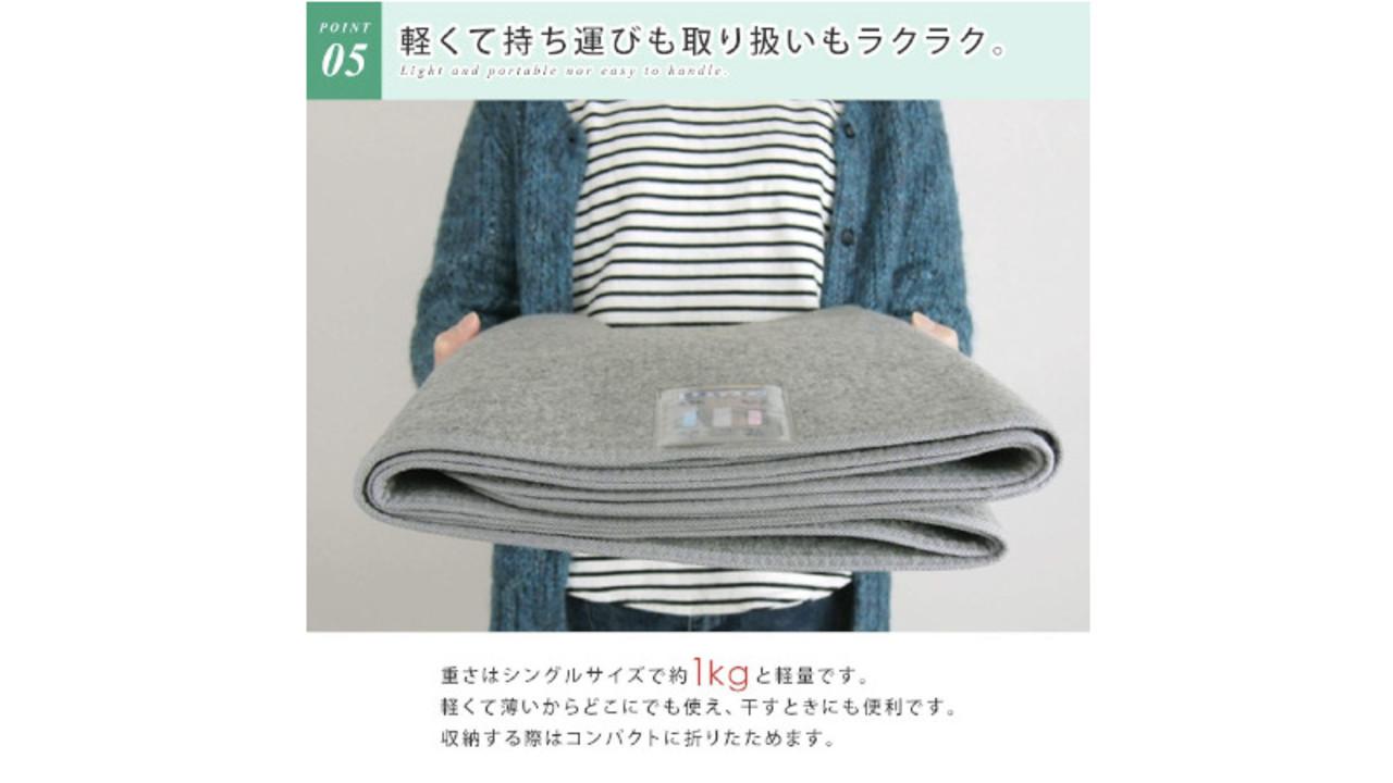 布団やラグの下に敷くだけで、湿気と消臭対策ができる「洗える除湿シート」