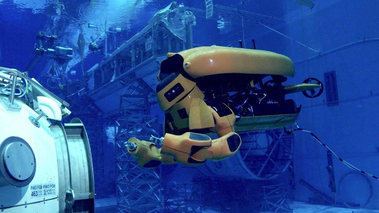 トランスフォームして2本腕が出てくる潜水ロボットは期待の整備士