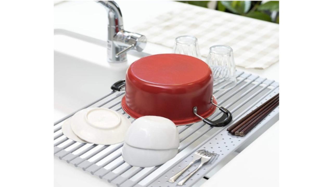 丸められて省スペース! シリコン製で食器が滑りにくい、多機能な水切りラック