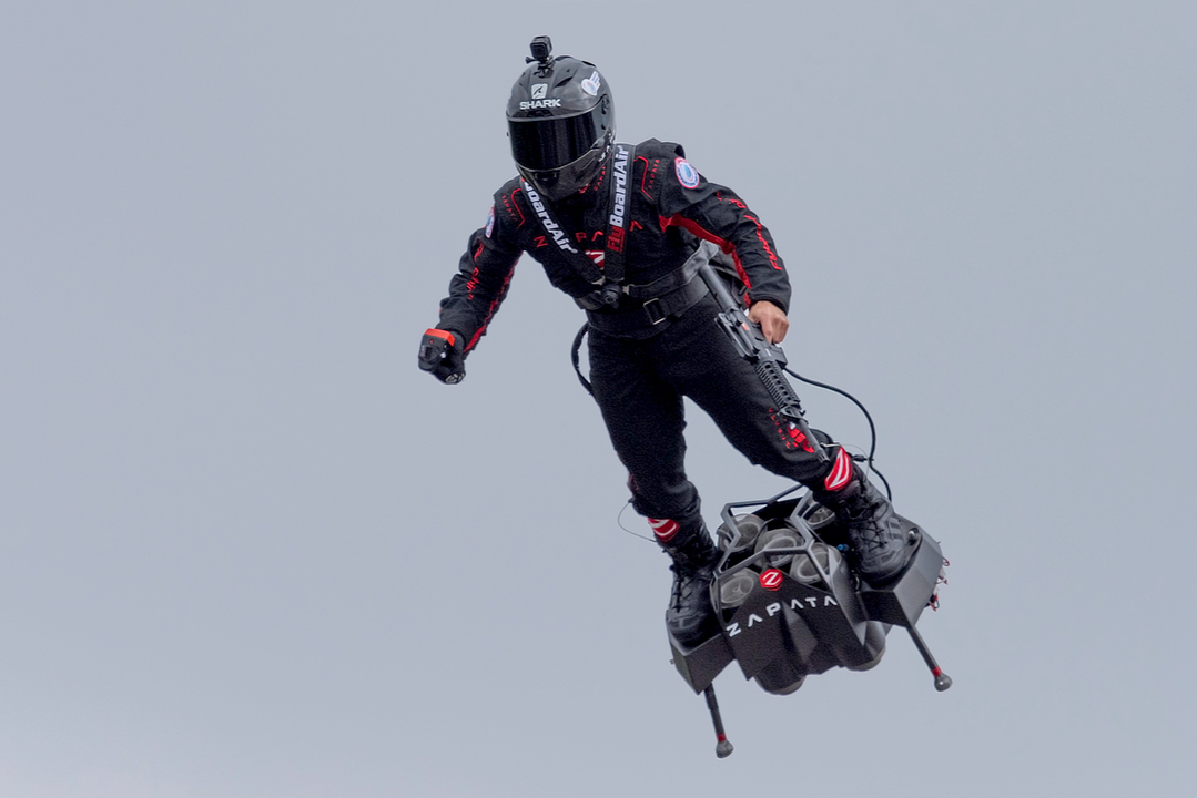 空飛ぶ乗り物「Flyboard Air」、今度はドーバー海峡横断に成功!