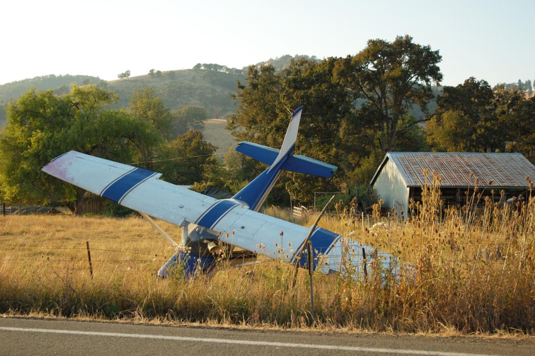 危機一髪。森に墜落した飛行機パイロットの動画レポート
