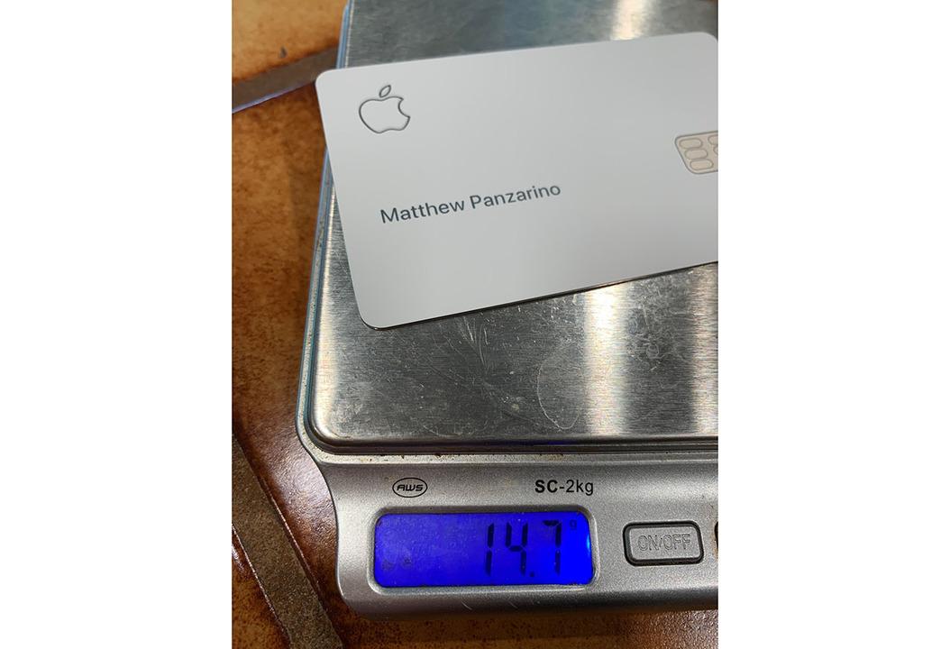 側面の光沢感がかっこいい。チタン製のApple Cardが着弾開始