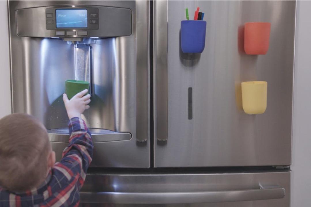 壁を収納スペースに変える「マグネット付きコップ」ならシンクの洗い物を減らせるかも