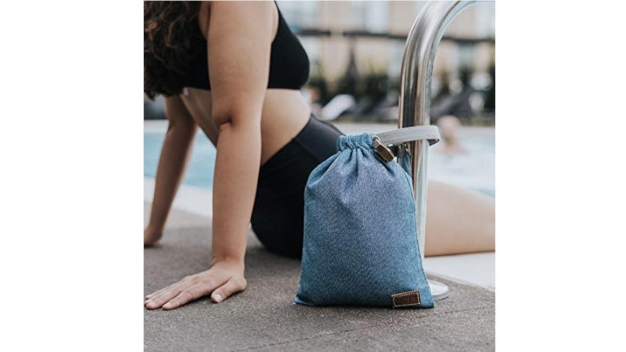 ポールなどに固定して鍵をかけられるポーチサイズのバッグ。防水仕様で濡れても安心