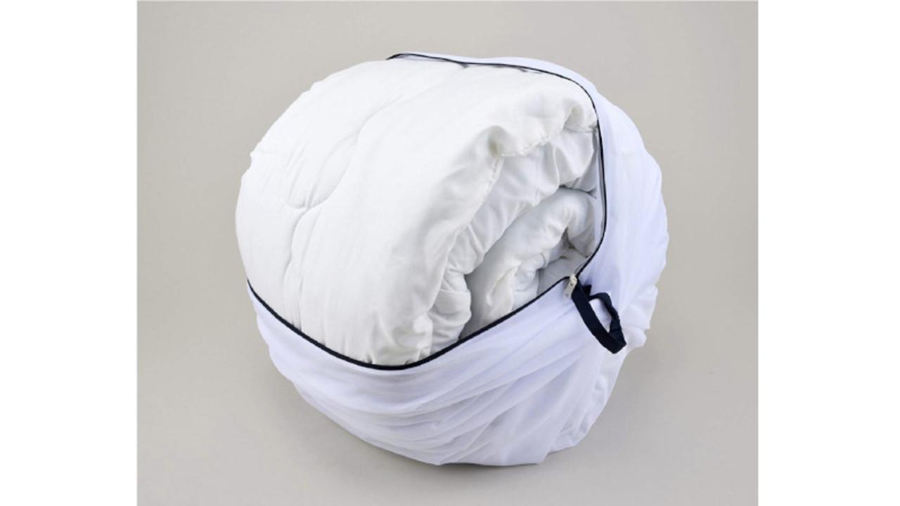 布団や毛布も洗える洗濯ネット。収納時はコンパクトでも驚くほど膨らむ!