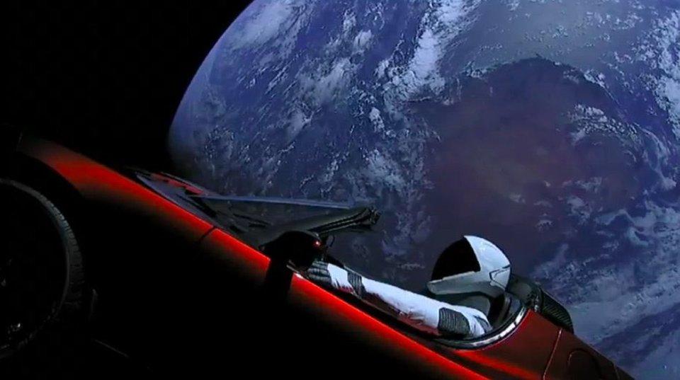 宇宙に放たれたTeslaのロードスターとスターマン、軌道に乗って太陽を一周