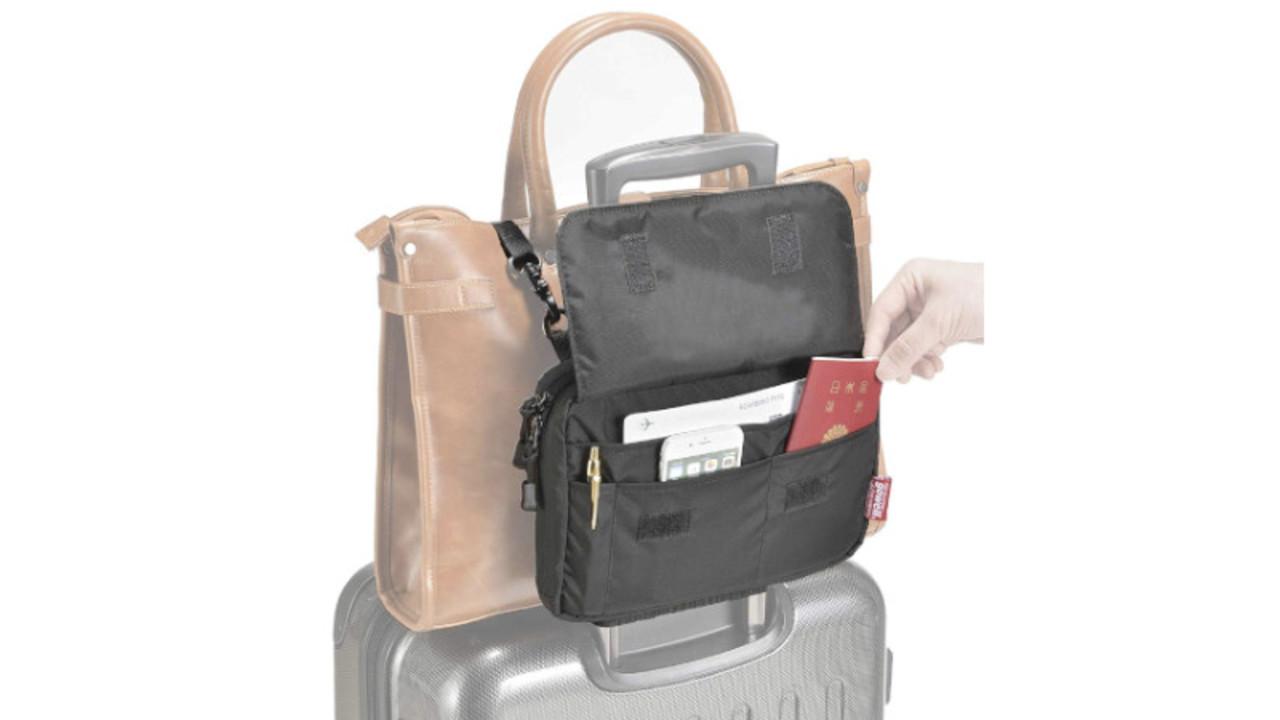 すぐに取り出したい旅行小物は、このサコッシュに入れてスーツケースに留めちゃおう