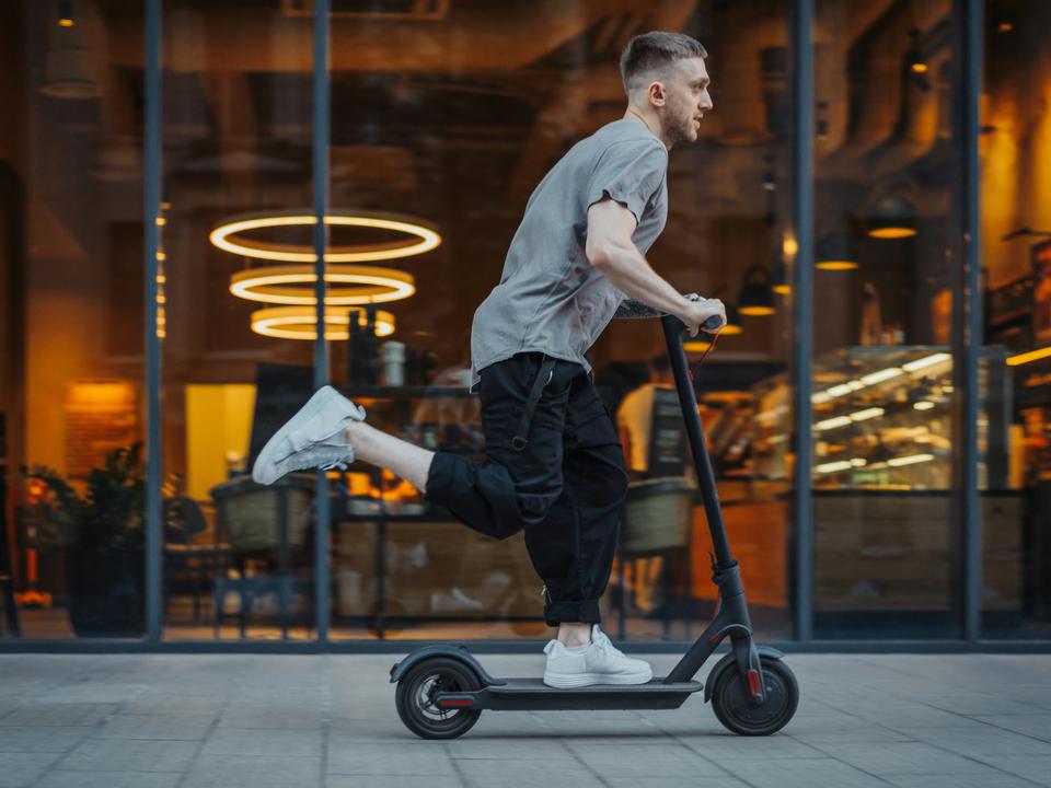 基本のキ:ノーヘル&泥酔で電動スクーターに乗ってはいけない