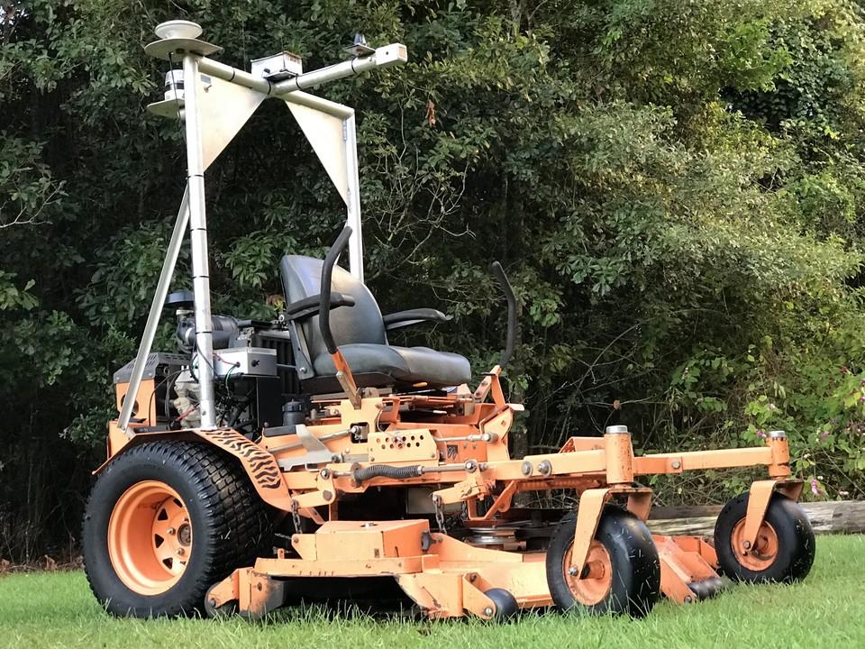 これぞアメリカ! 重機のような芝刈り機を自動運転させる