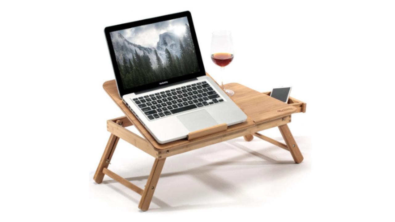5段階の角度調節やマウスの収納もできる、竹製の折りたたみパソコンテーブル