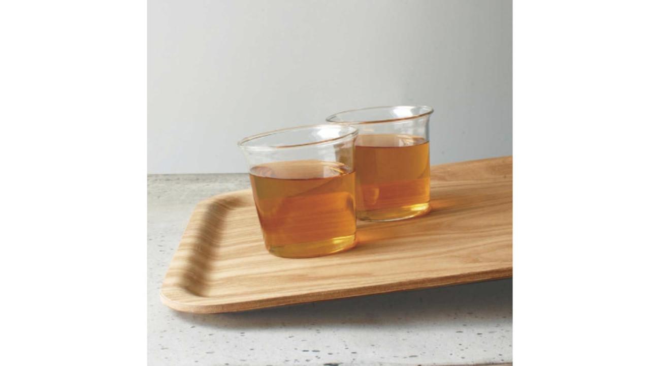 KINTOのトレイならツルツル滑らない! 飲み物の入ったコップを複数乗せても安心
