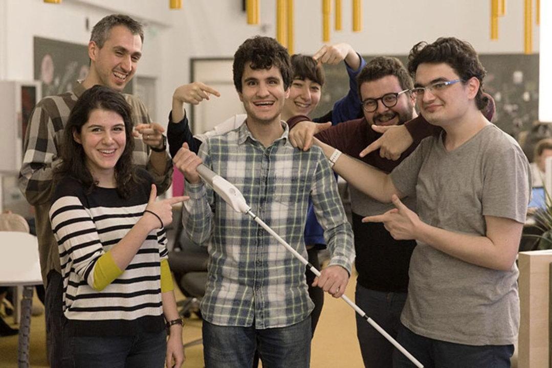 盲目のエンジニアが作ったスマート白杖。スマホ、Google マップと連動