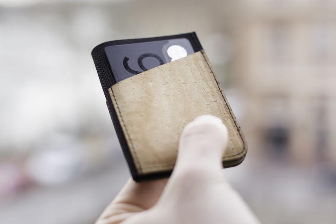 旅にもイベントにも。パスポートも入る薄型ミニマルウォレット「Fold2」がまもなく終了