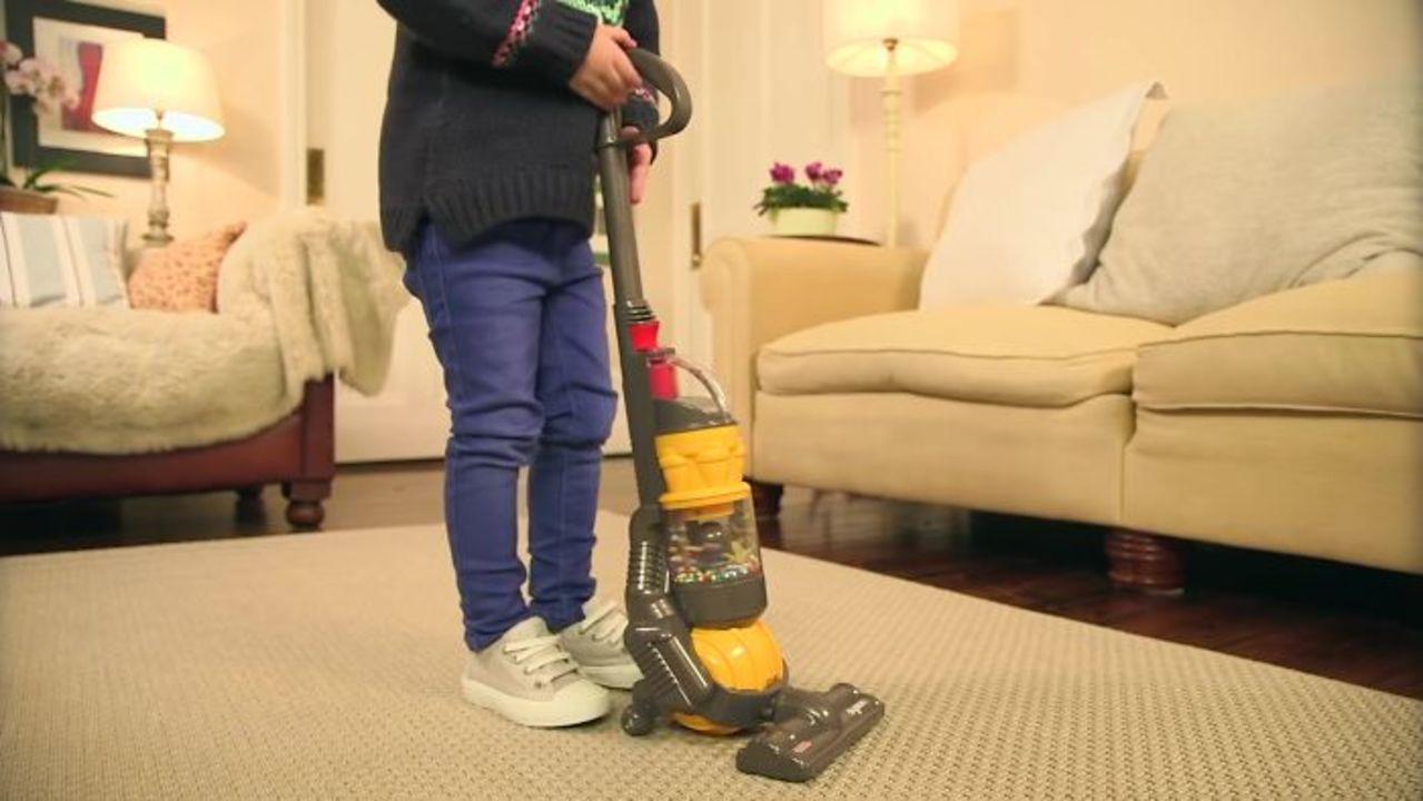 子ども用のダイソン掃除機レプリカ、玩具なのにホントに吸引力があるって