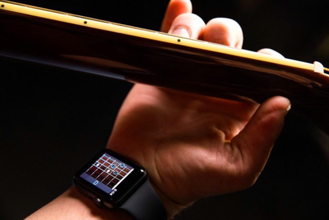手首を見ればギターが弾ける! スマートウォッチで押さえる場所を示すARアプリ「Wristruments」