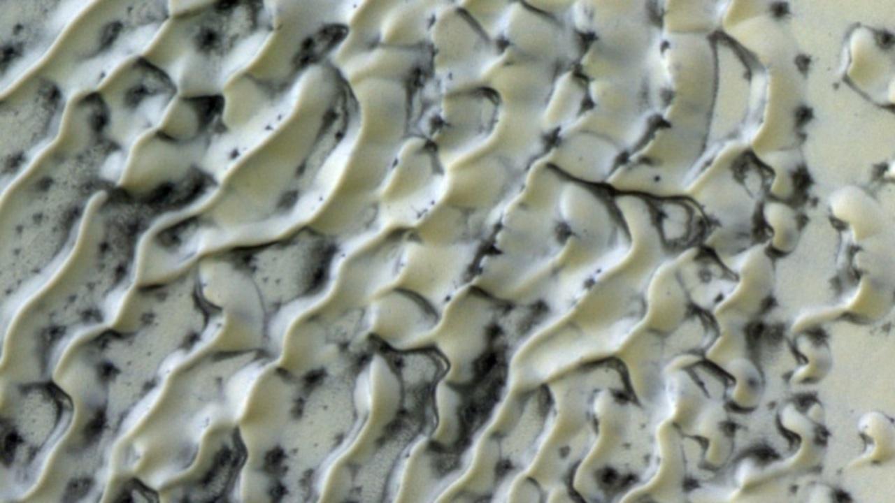 氷に覆われた火星の砂丘が、どう見てもマーブルホワイトチョコレート