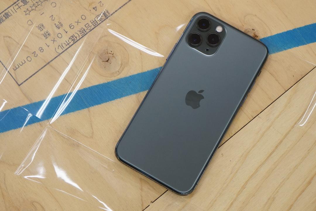 突然ですがiPhone 11 Proクイズです。これは「ミッドナイトグリーン」「スペースグレイ」のどっちでしょう?