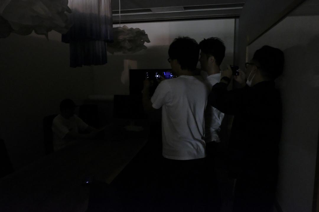 この超暗所でナイトモード対決。iPhone 11Proに挑むのはこの3機種だァーッ!!