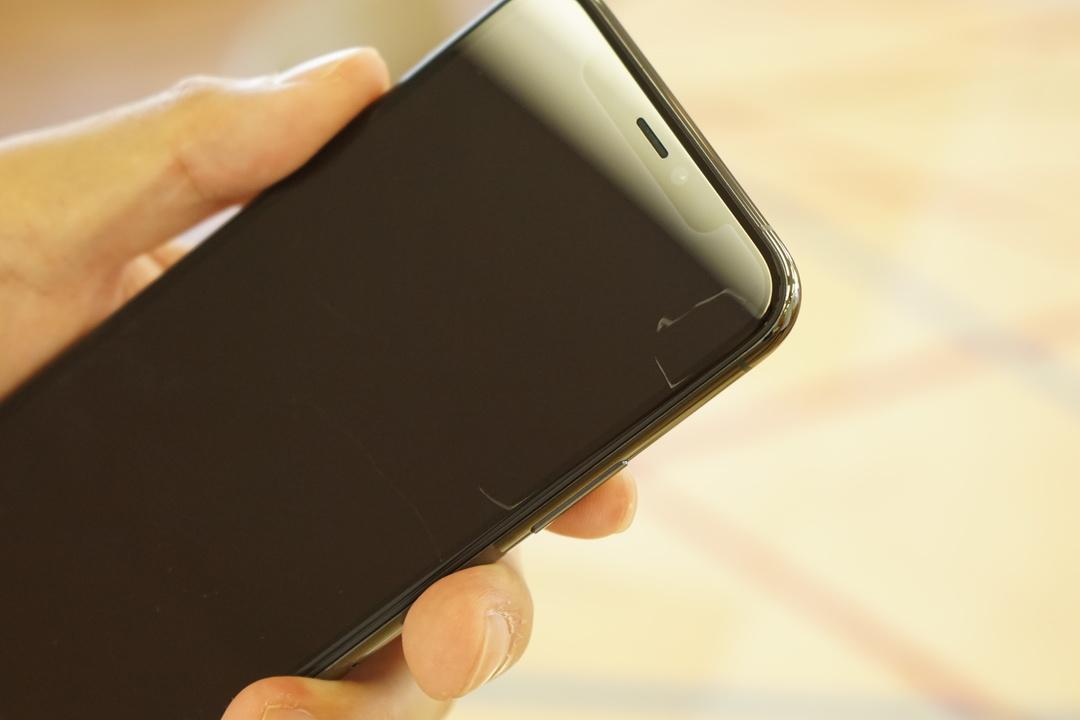 iPhone 11 Pro、さっそく画面に傷ついた…しにたい。