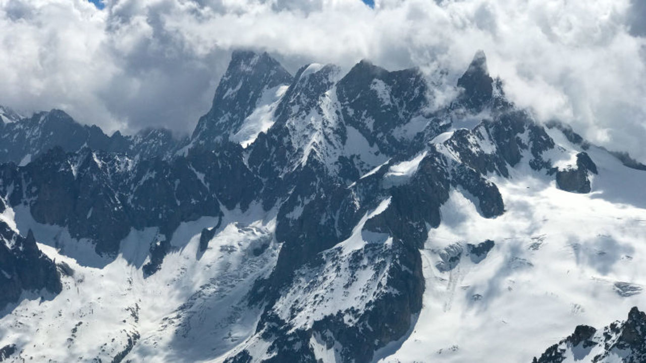アルプスで約25万立方メートルもの氷河が崩壊の危機