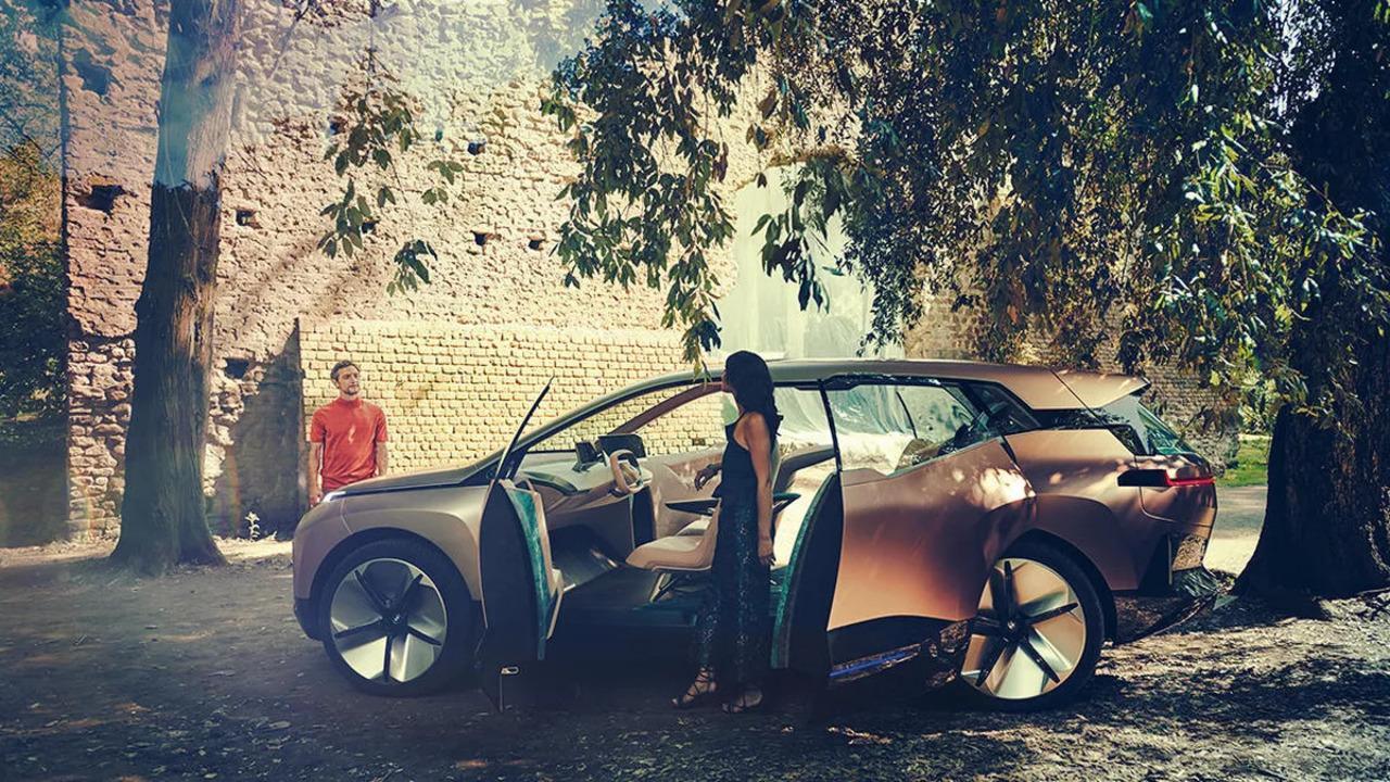 BMW、「自動運転車なら走りながらムフフなことしてもOKよ」なCMを作っていた