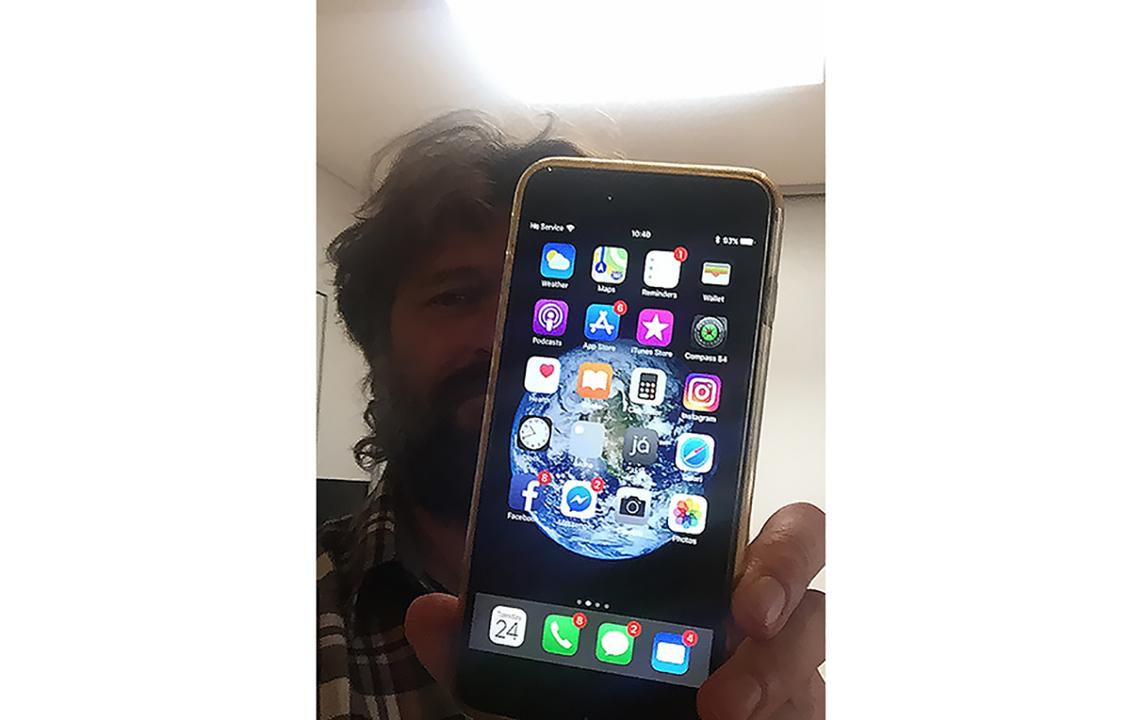 飛行機から落っこちたiPhone 6s Plus、1年後にアイスランドから生還する