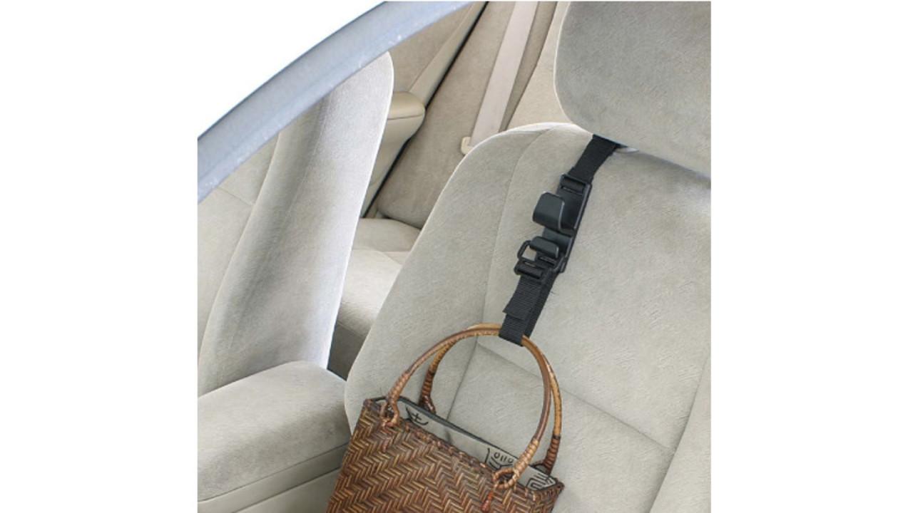 車の座席にさっと取り付けて、荷物を掛けられるフック。割れ物が動かず収納もアップ