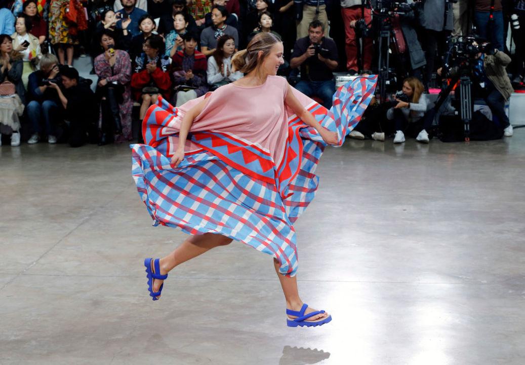 「ドレスが舞い降りる」イッセイ・ミヤケのランウェイが斬新で楽しい!