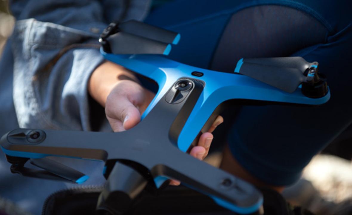 小型ドローン「Skydio 2」は時速60kmで自分を追いかけて撮影してくれる