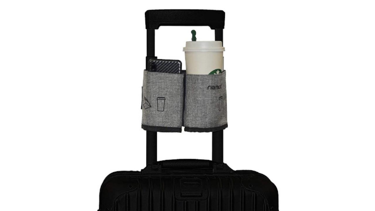カップ入りの飲み物やスマホを置ける、スーツケースのハンドルにつける折りたたみホルダー