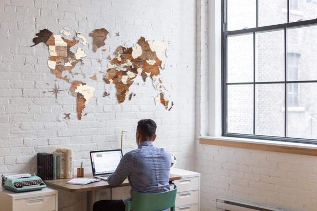 部屋の壁で世界を表現!? 雰囲気豊かな木製ウォールアート「3D世界地図」が登場
