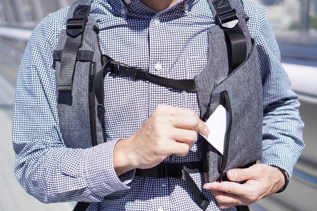 ストラップが主役? ユニークな小物収納を搭載した「Travis Back Pack」を使ってみた