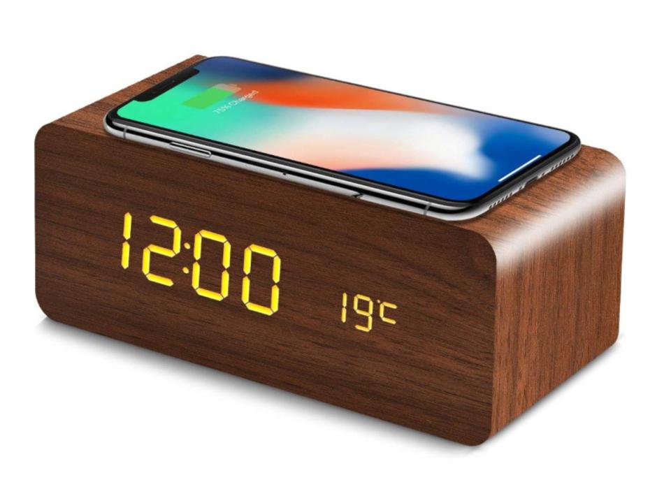 【きょうのセール情報】Amazonタイムセールで80%以上オフも! 2,000円台のワイヤレス充電機能付き目覚まし時計や1,000円台でAC8口・USB6ポート対応のタワー型電源タップがお買い得に
