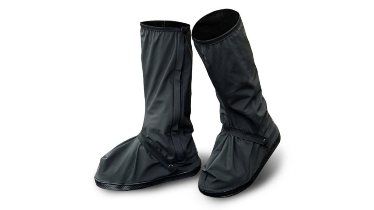 たたんでカバンに入る長靴!? 完全防水で丈長タイプのシューズカバー