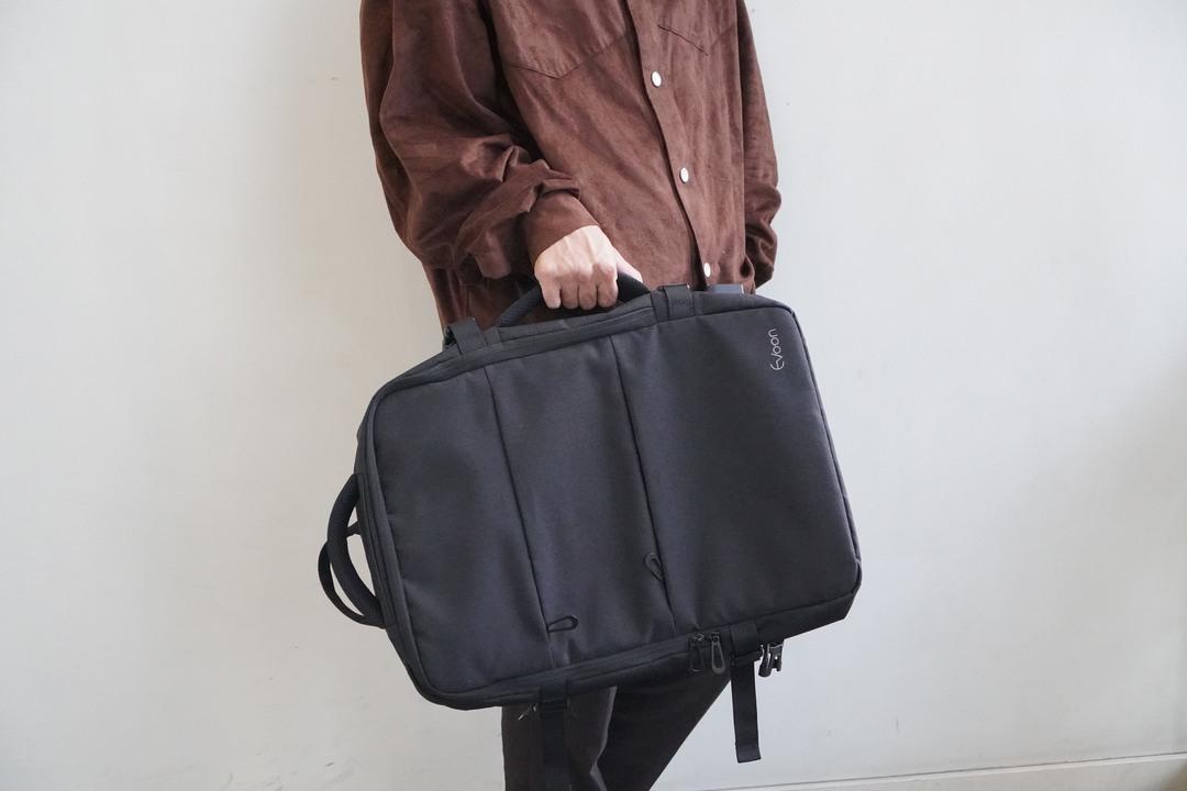 容量はアジャスタブル! 荷物が増えても安心の拡張できる2wayバッグ「Evoon」を試してみた