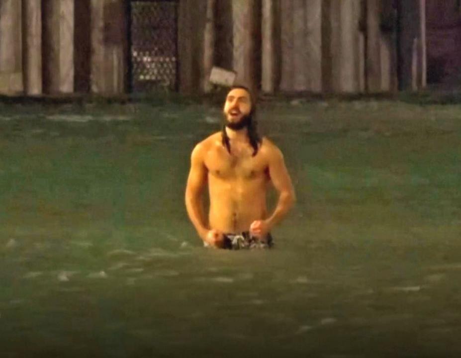 ヴェネツィアのサンマルコ広場で泳ぐ人、現る