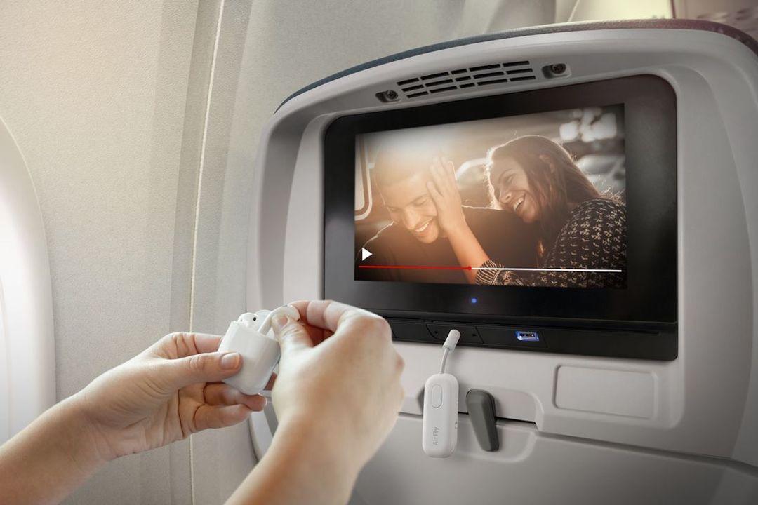 AirPodsで映画、観れるじゃん。飛行機の機内モニタの音をワイヤレスイヤホンで聴けるようになるアイテム「AirFly Pro」