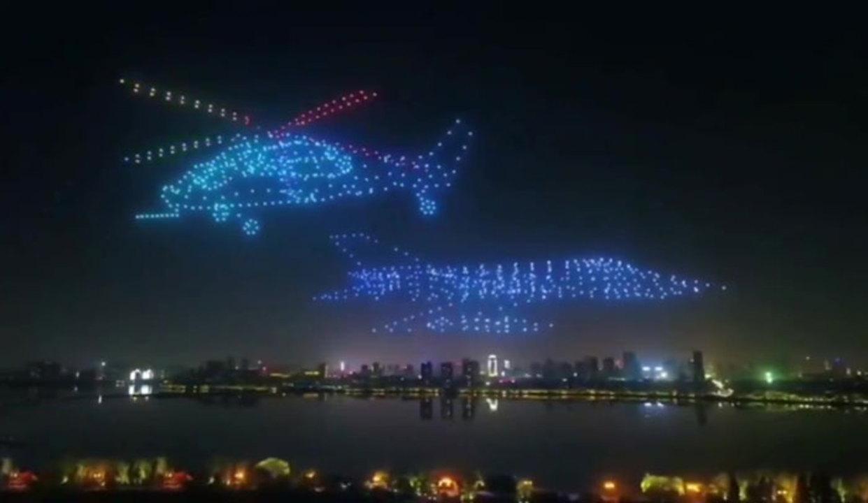 中国発:夜空の航空イリュージョン! 800機のドローン隊が往年の名航空機を再現