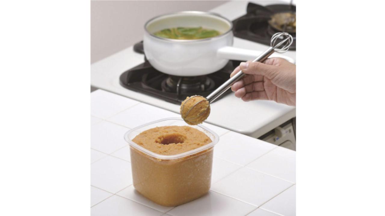 人数分をさっと量って溶かせる。味噌汁が素早く作れる「みそマドラー」