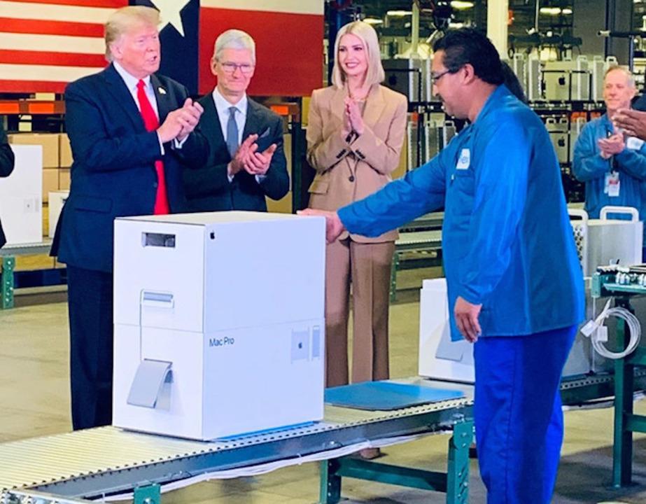 トランプ大統領、新型Mac Proパッケージの前でご機嫌