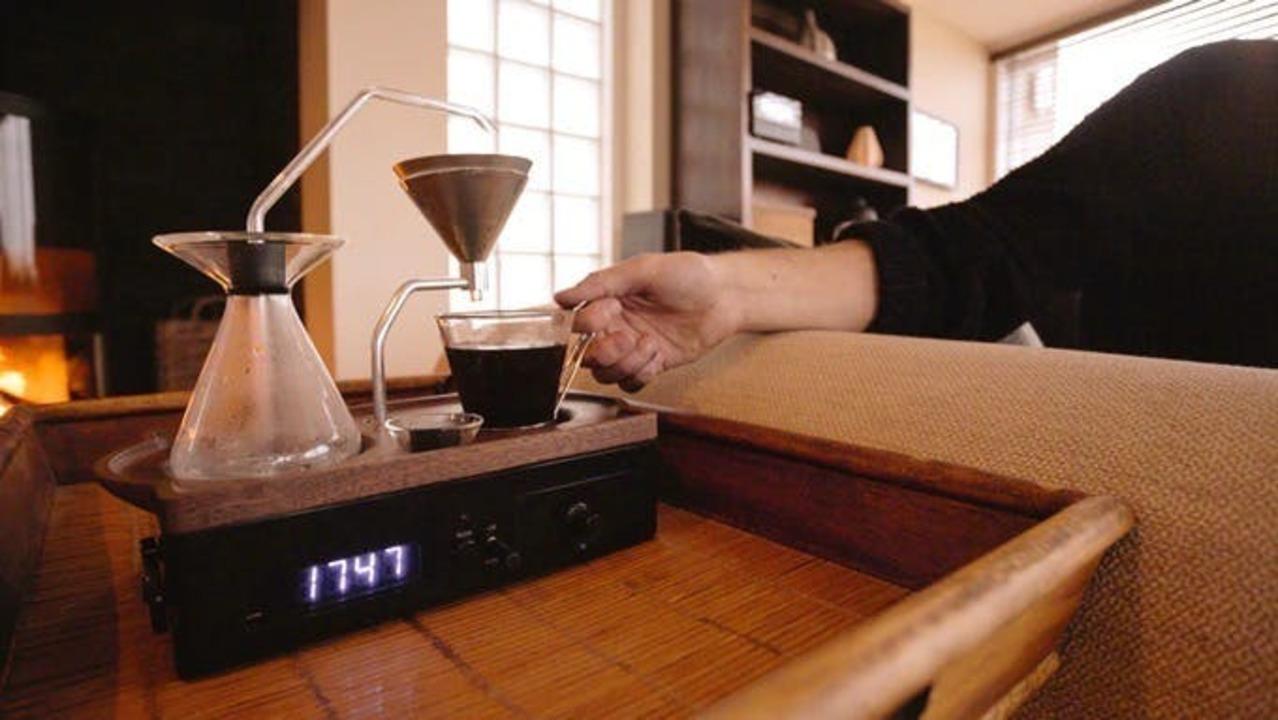 コーヒーの香りで優雅な目覚め!? ドリップマシーンが合体した、デザインも楽しめる目覚まし時計「The Barisieur」が登場