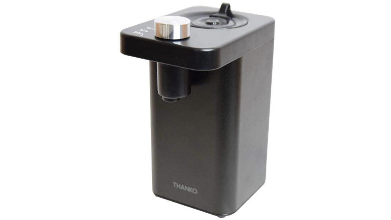 ペットボトルをセットするコンパクトな湯沸かし器。コーヒーもカップ麺も2秒でお湯が注げる