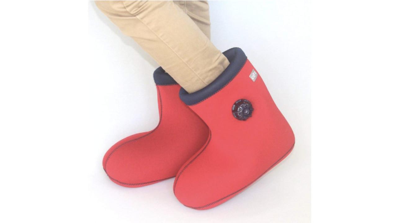 新感覚、ブーツ型で柔らかく足にフィットする「履ける」湯たんぽ