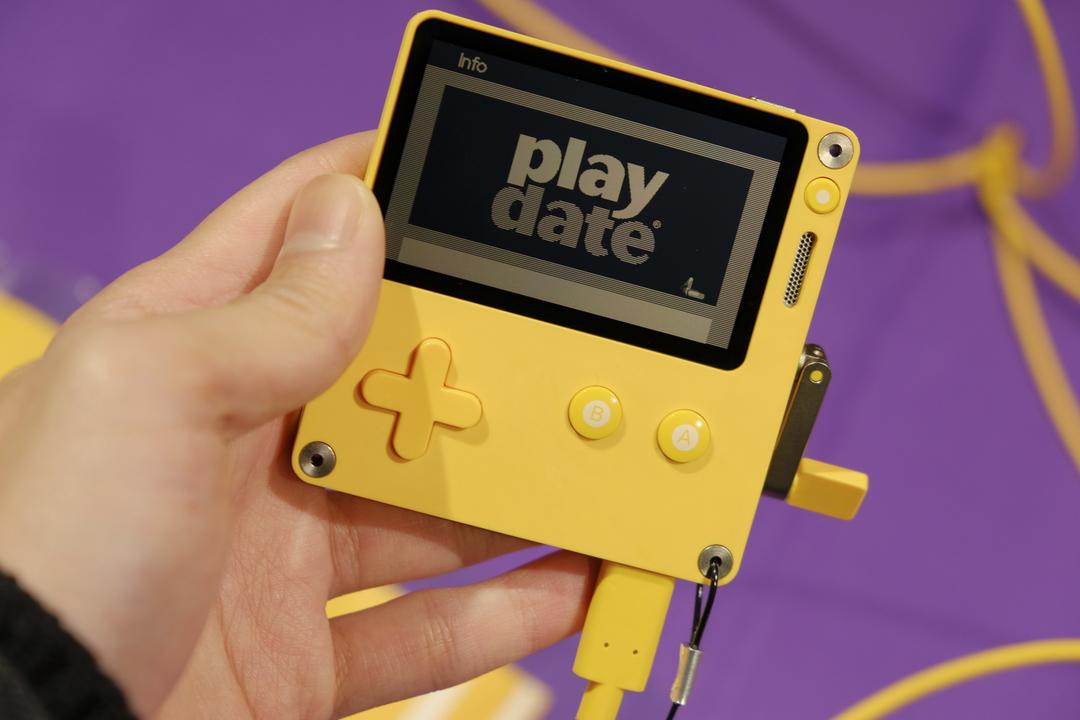 た、楽しくむずい…! クランクを回して遊ぶ小型ゲーム機「Playdate」ハンズオン