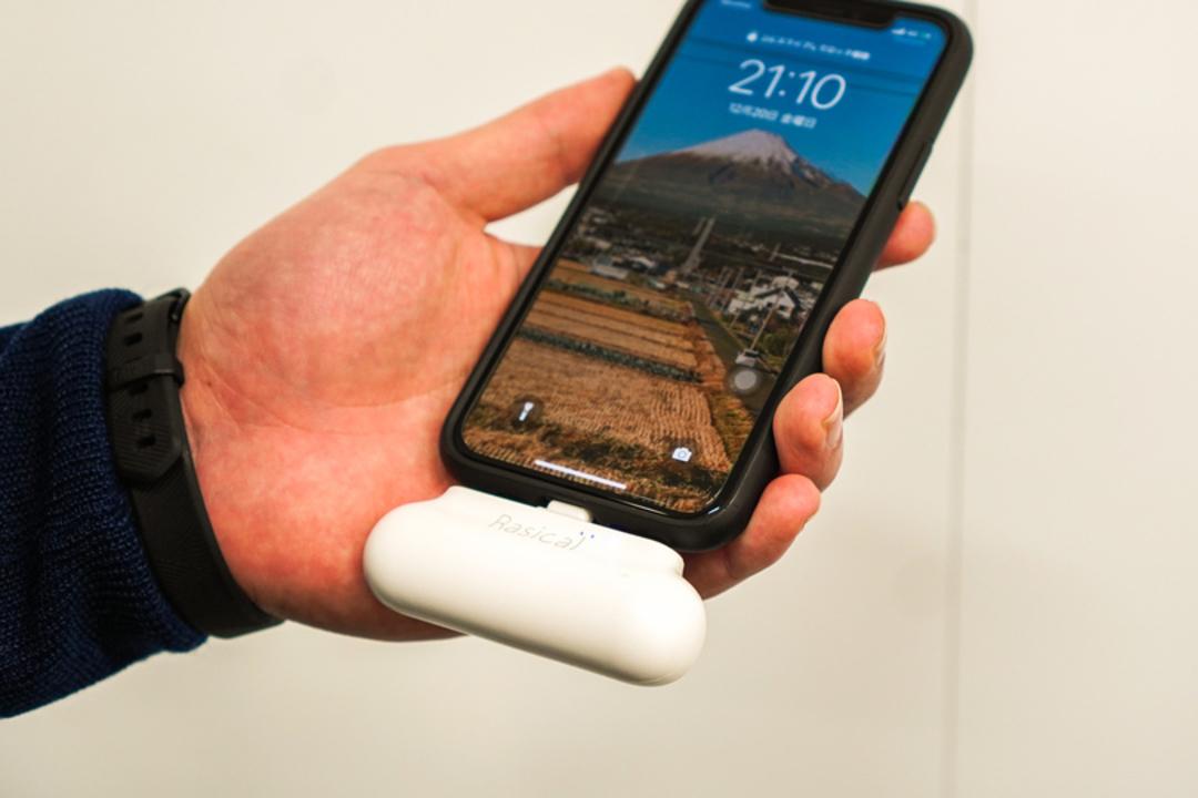 こういうのもありかも。小型で軽量、充電しながらのスマホ操作も簡単なモバイルバッテリー「マグッピ2」