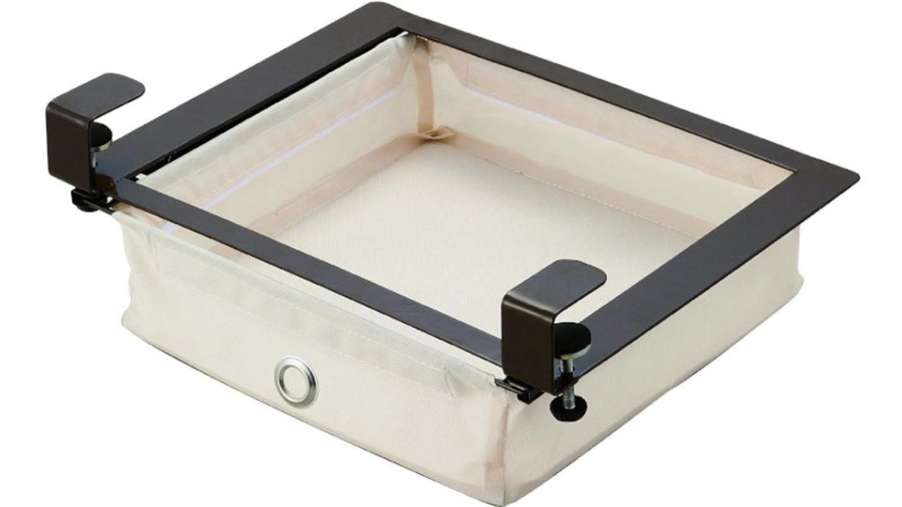 机の下やキャビネット棚のデッドスペースを活用。引っ掛けるだけで設置できる引き出し