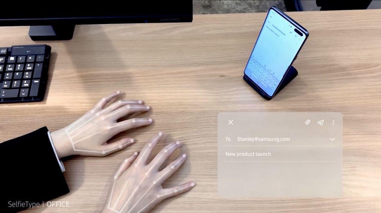 机の上で指だけでタイピング入力できる「SelfieType」がすごい #CES2020