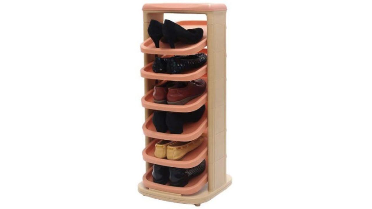 シーソーのように棚板が上下。靴が取り出しやすく、場所を取らないシューズラック
